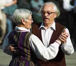 זוג קשישים רוקד