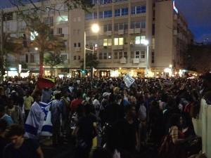 הפגנה בלילה