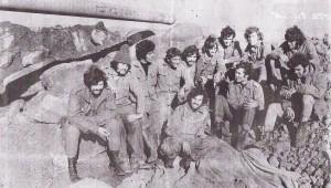 חיילים ליד טנק