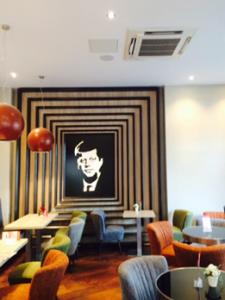 צילום של קנדי על הקיר