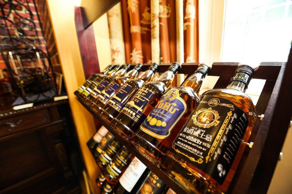 מעמד בקבוקי וויסקי שונים