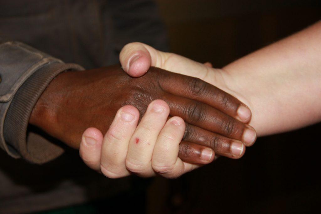 לחיצת יד שחור לבן