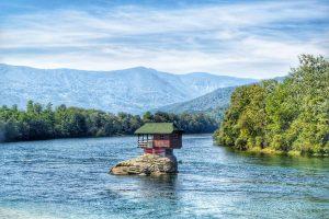 בית בודד בתוך הנהר