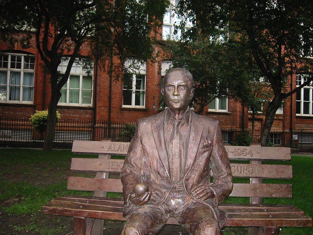 פסל של טיורינג יושב