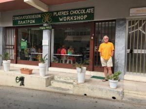 אמנון ליד חנות מקומית