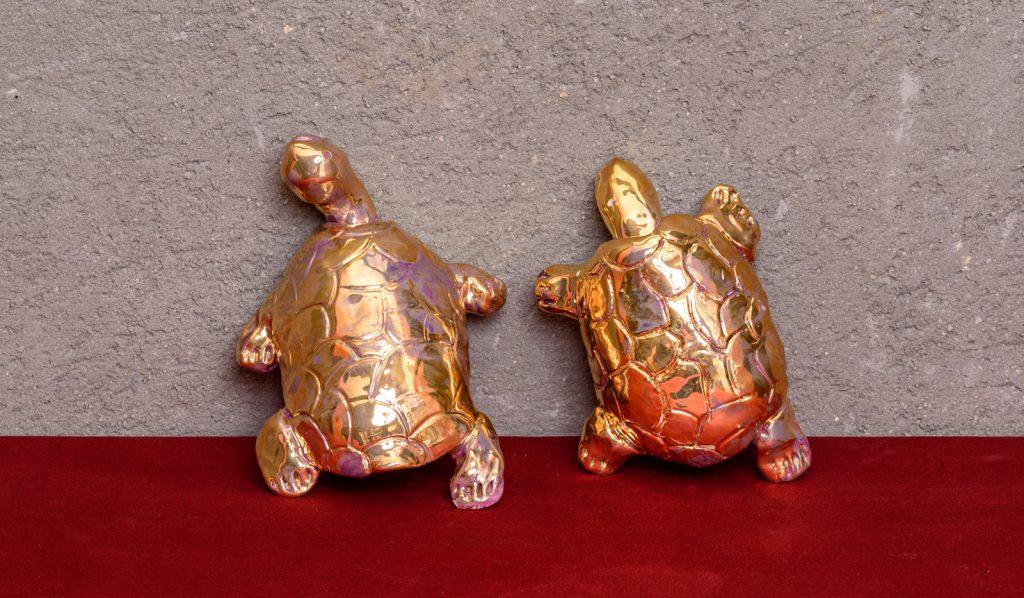 פסלי צבים מוזהבים