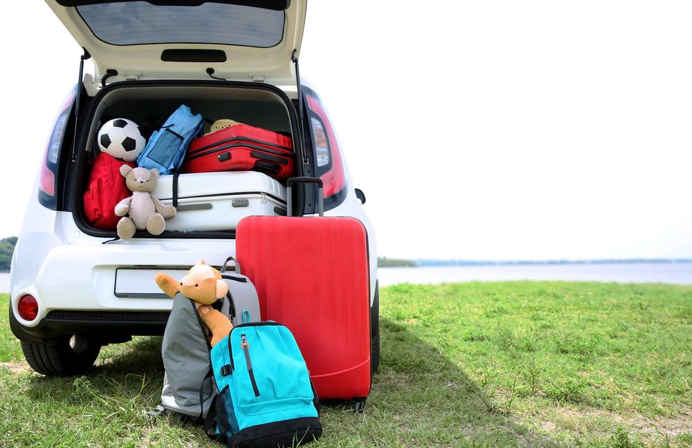 רכב עם מזוודות וצעצועים