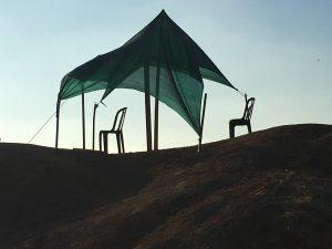צילום של אוהל עם 2 כסאות