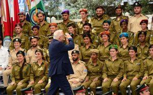 הנשיא מול החיילים היושבים