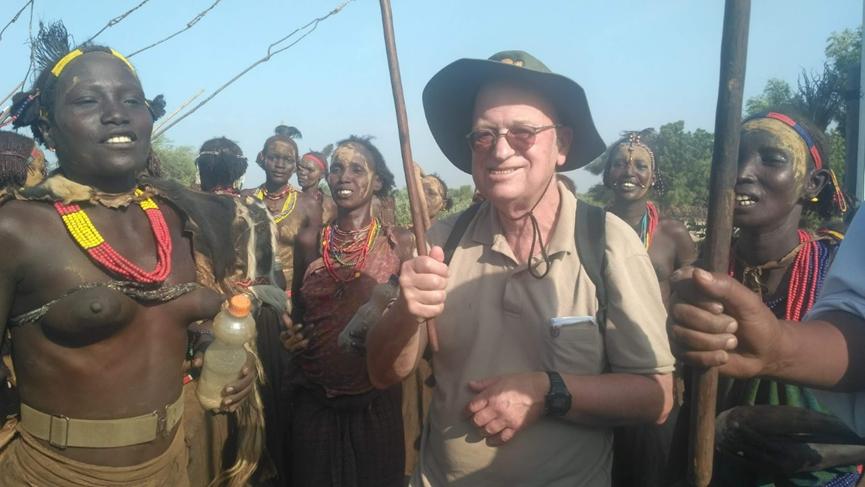 אבי ובני השבט בלבוש מסורתי