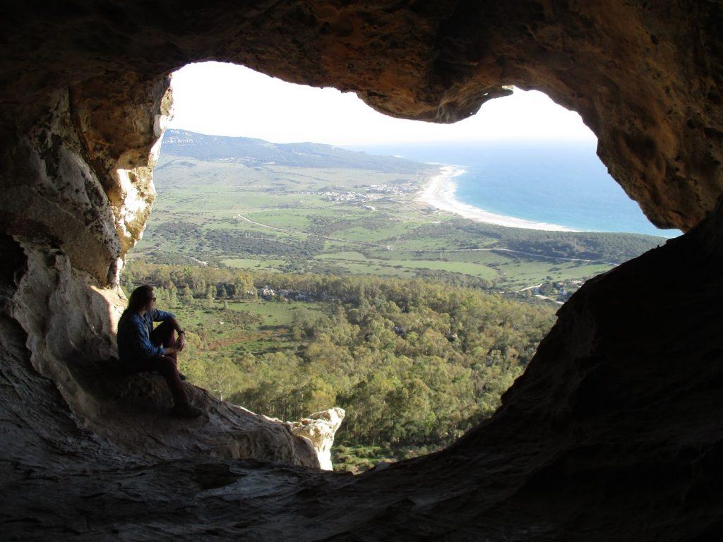 צילום המערה מבפנים החוצה