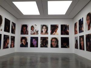 חדר עם צילומים