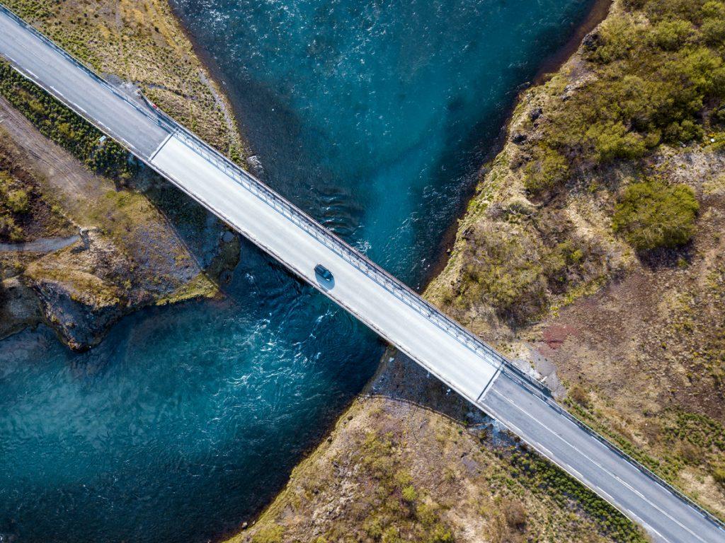 מכונית על גשר
