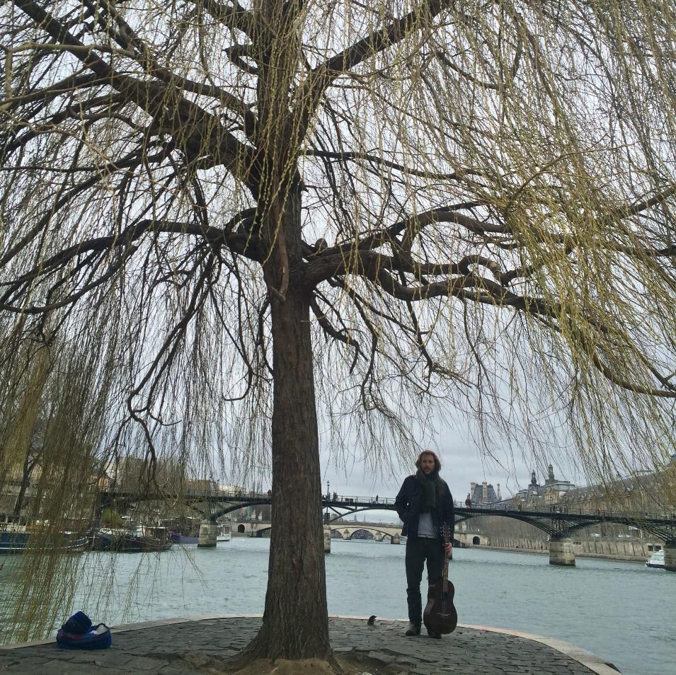 דניאל ליד עץ