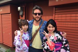 תמונה עם שתי נערות