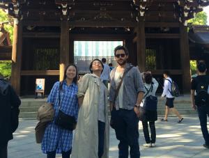 ליד המקדש עם שתי יפניות