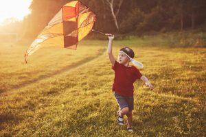 ילד עם עפיפון
