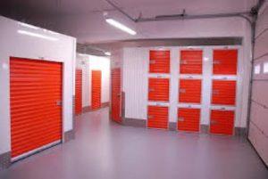 מחסן עם דלתות אדומות
