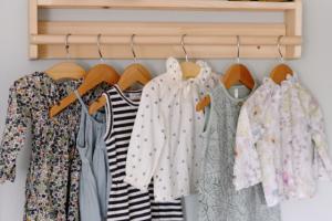 בגדי ילדים בארון