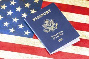 דרכון על רקע הדגל