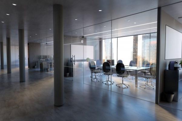 משרד עם קירות זכוכית