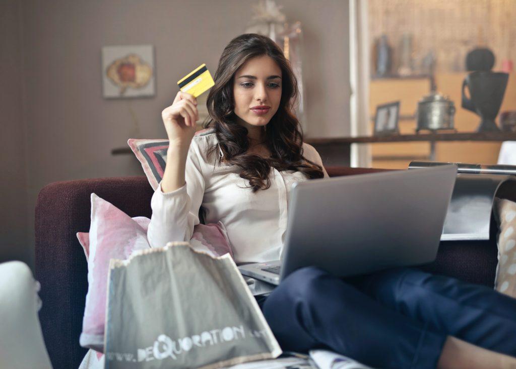 בחורה קונה באינטרנט