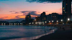 חוף ים בלילה