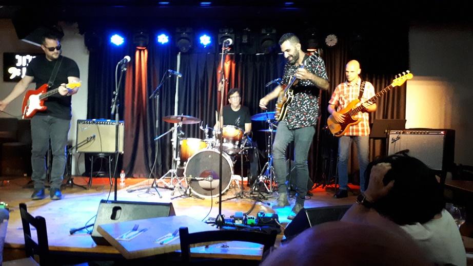 הלהקה על הבמה